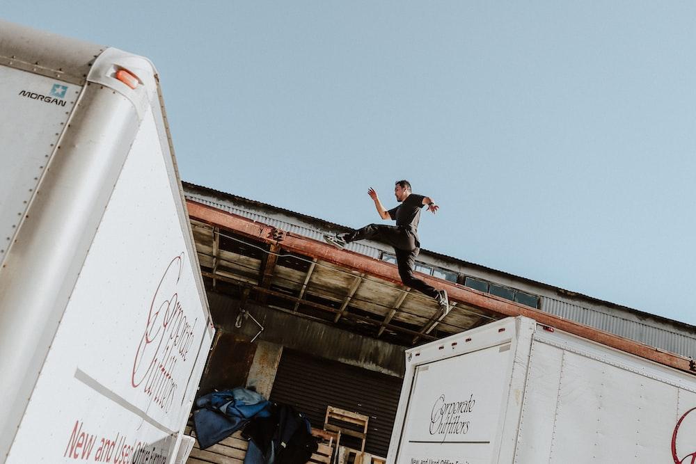 トラックの上でパルクールをしている人