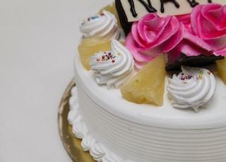 white icing-coated cake