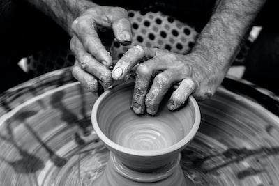 Esta foto no es reciente; hace algun tiempo mientras iba caminando por calle Larios de Málaga, me llamó la atención la habilidad de este artesano que, allí en plena calle de manera totalmente artesanal  (el torno era una rueda que la hacía girar con las manos) de un trozo informe de barro conseguía hacer vasijas y otras piezas útiles y bonitas.