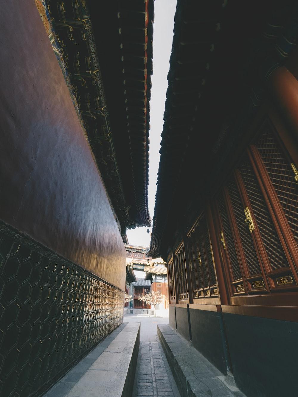 closeup photography of brown concrete building