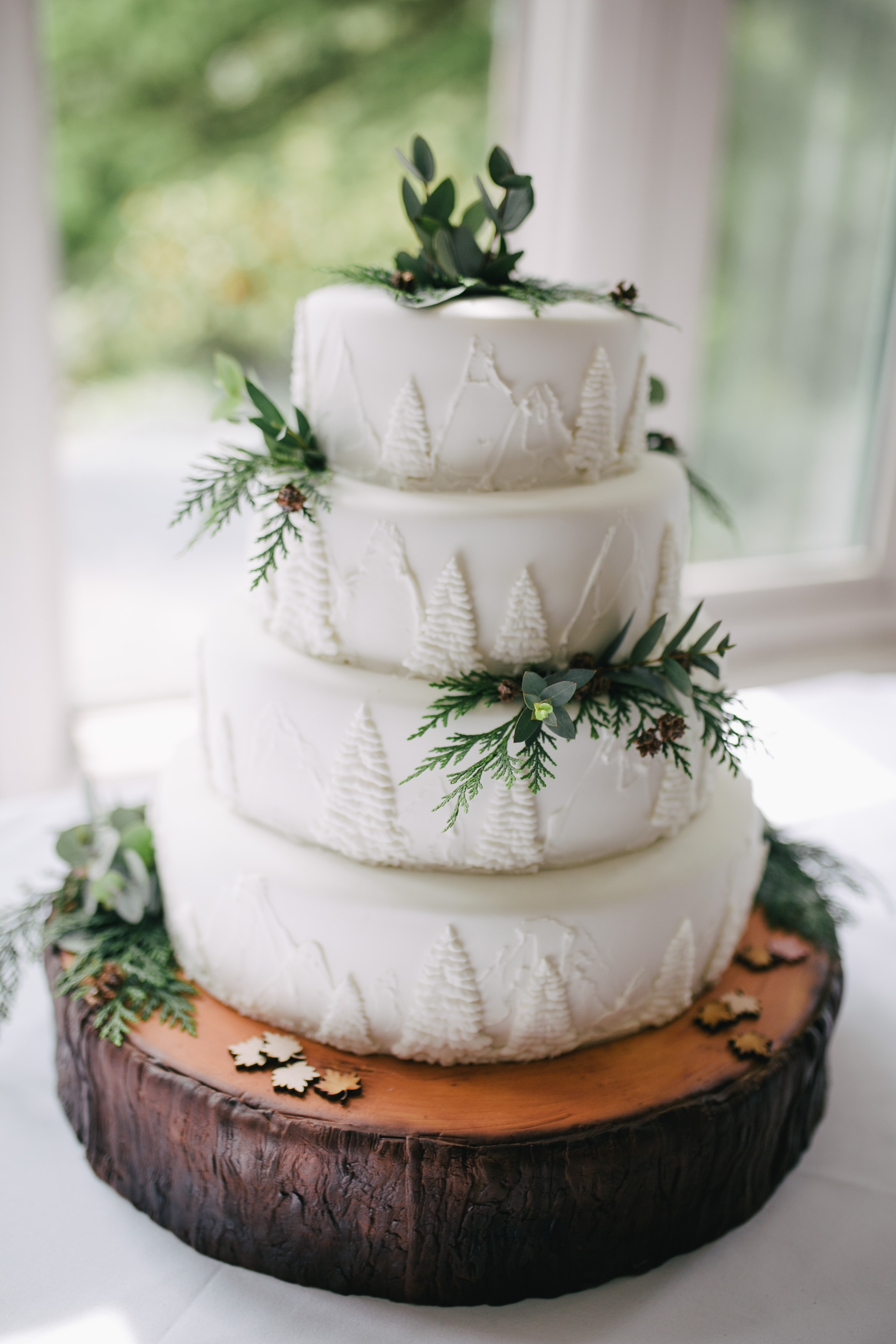 focus photo of white icing-covered 4-tier cake