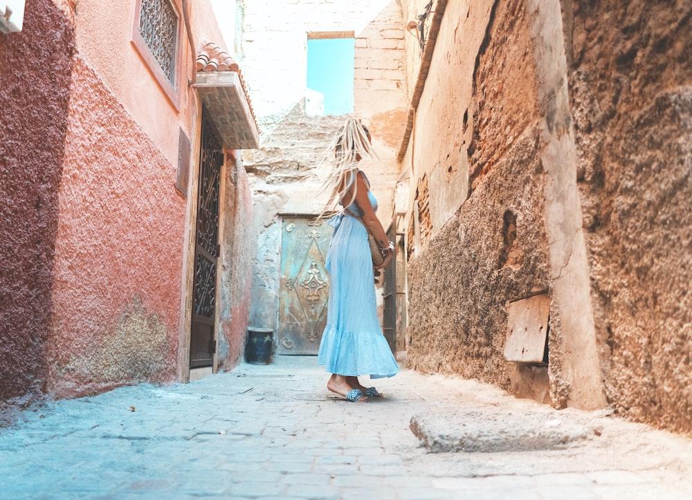 mujer de pie cerca de la pared durante el día