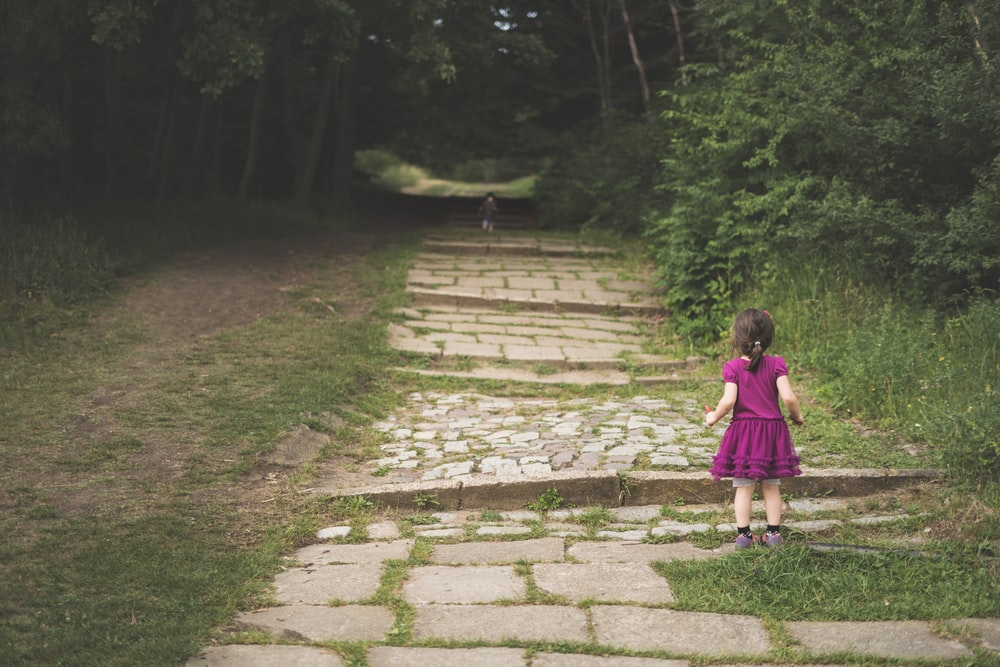 shallow focus photography of girl standing