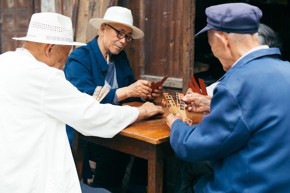 Gepensioneerden spelen een potje kaarten