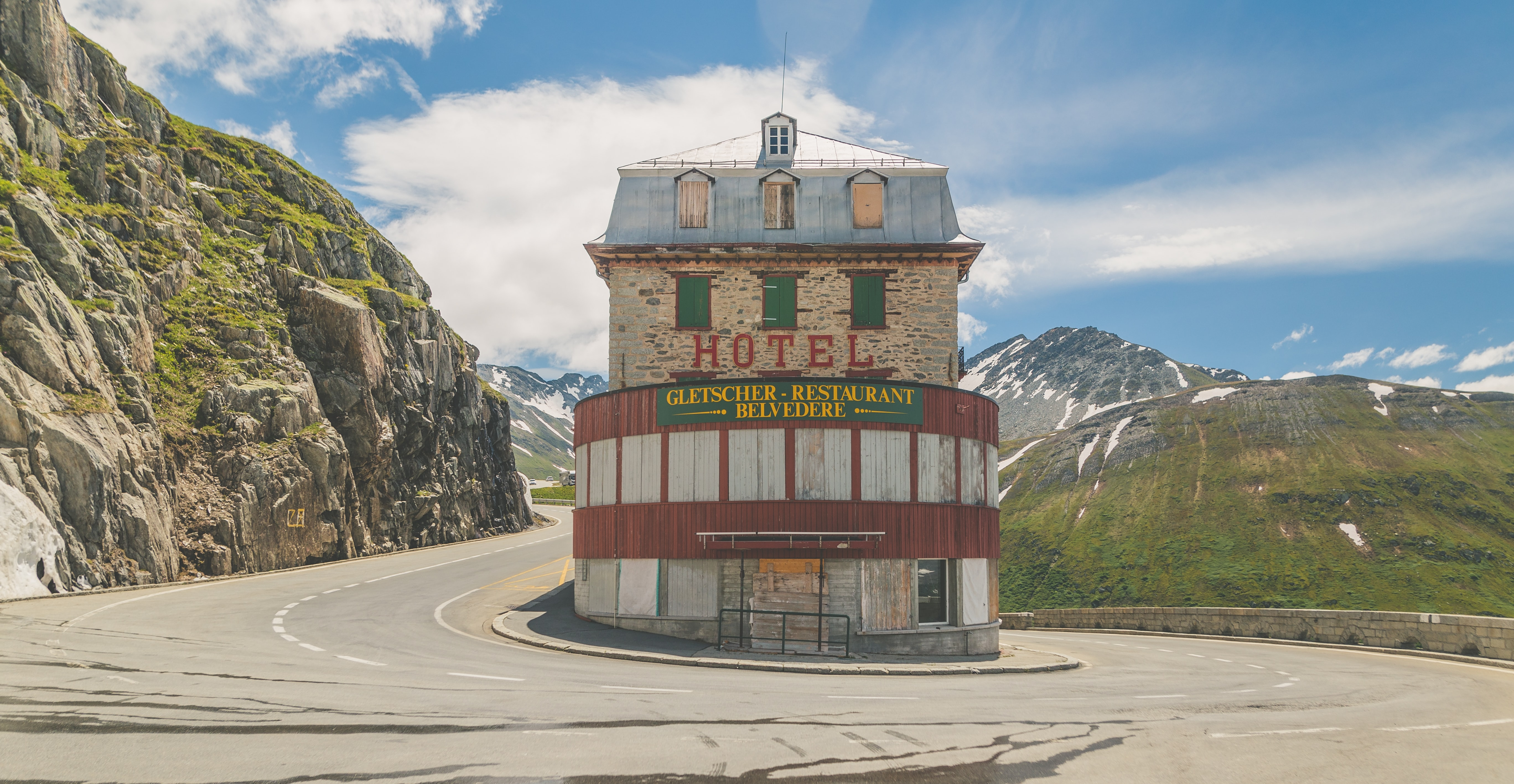 Hotel between road near green mountain at daytime