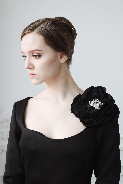woman wearing black scoop-neck top