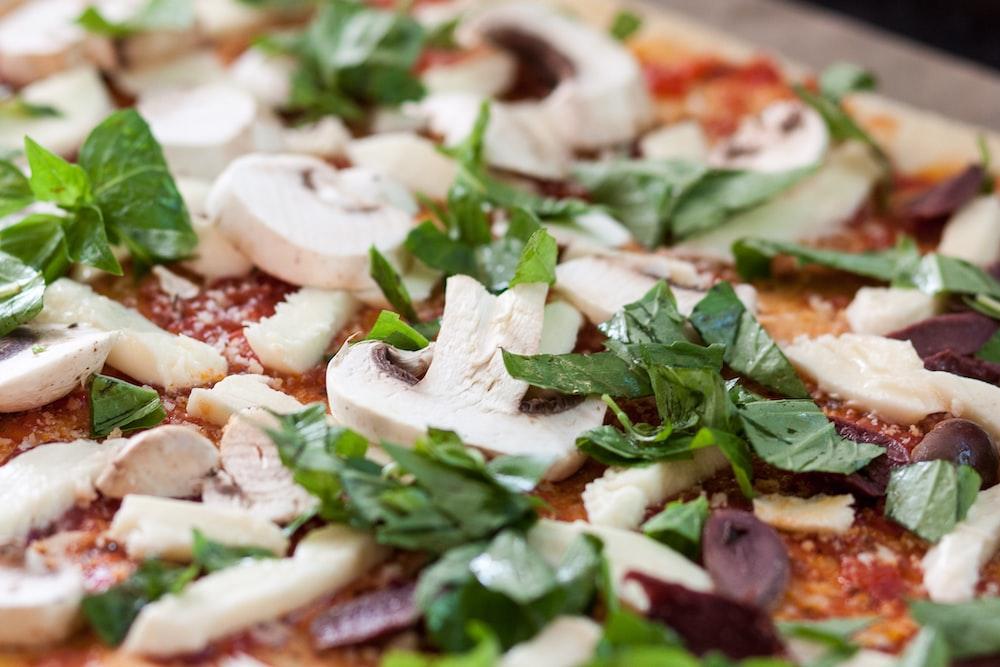 selective focus photgraphy mushroom pizza