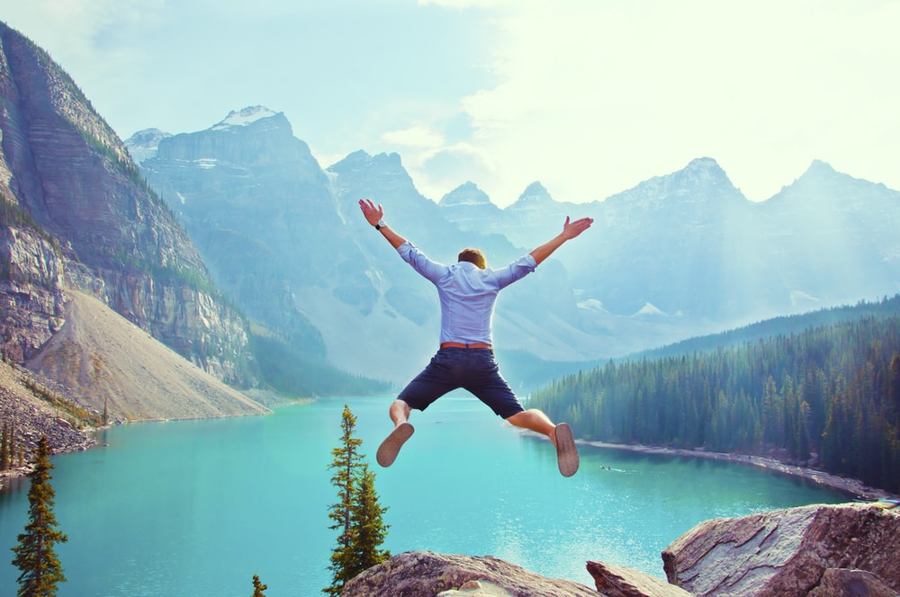 崖からジャンプしようとしている男の写真