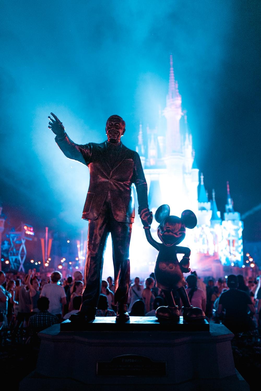 昼間のウォルトディズニーとミッキーマウスの像