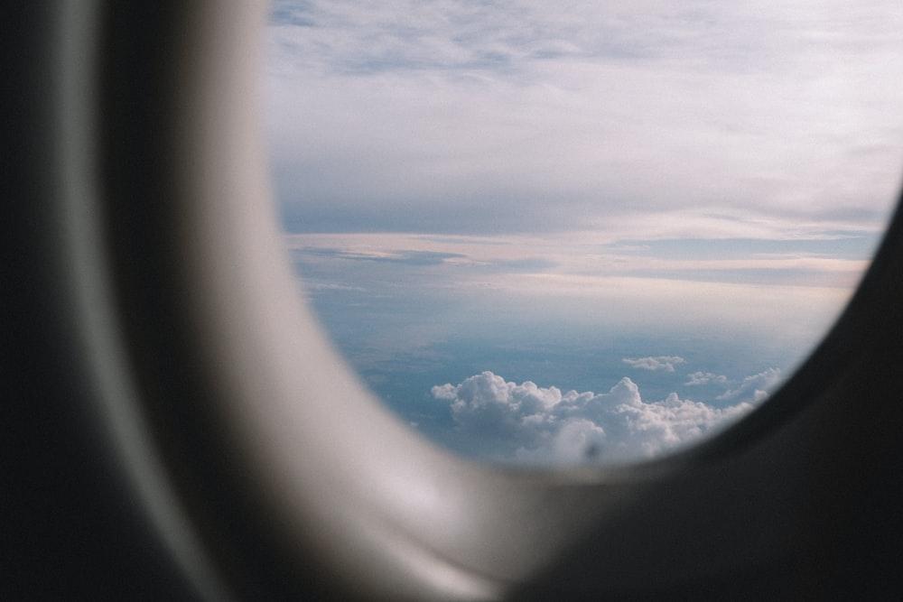 飛行機の窓から見える空と雲