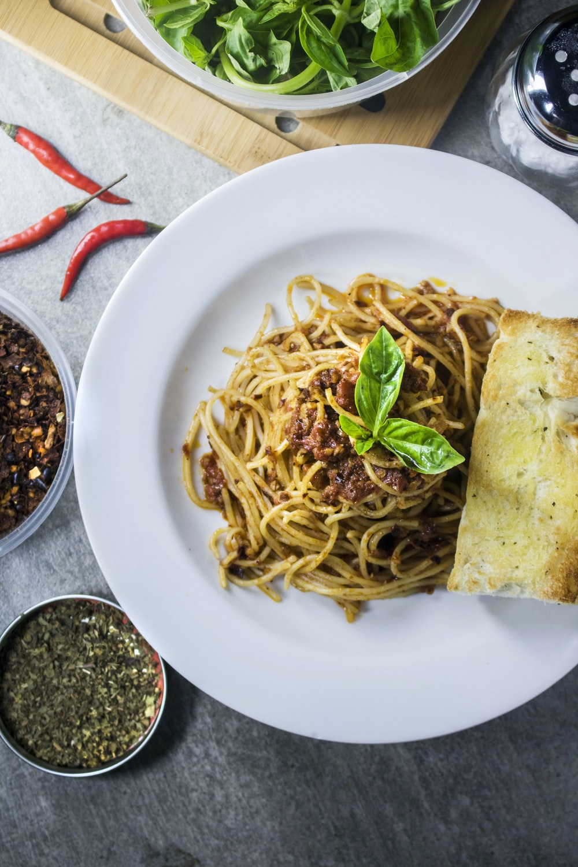 spaghetti with bread dish