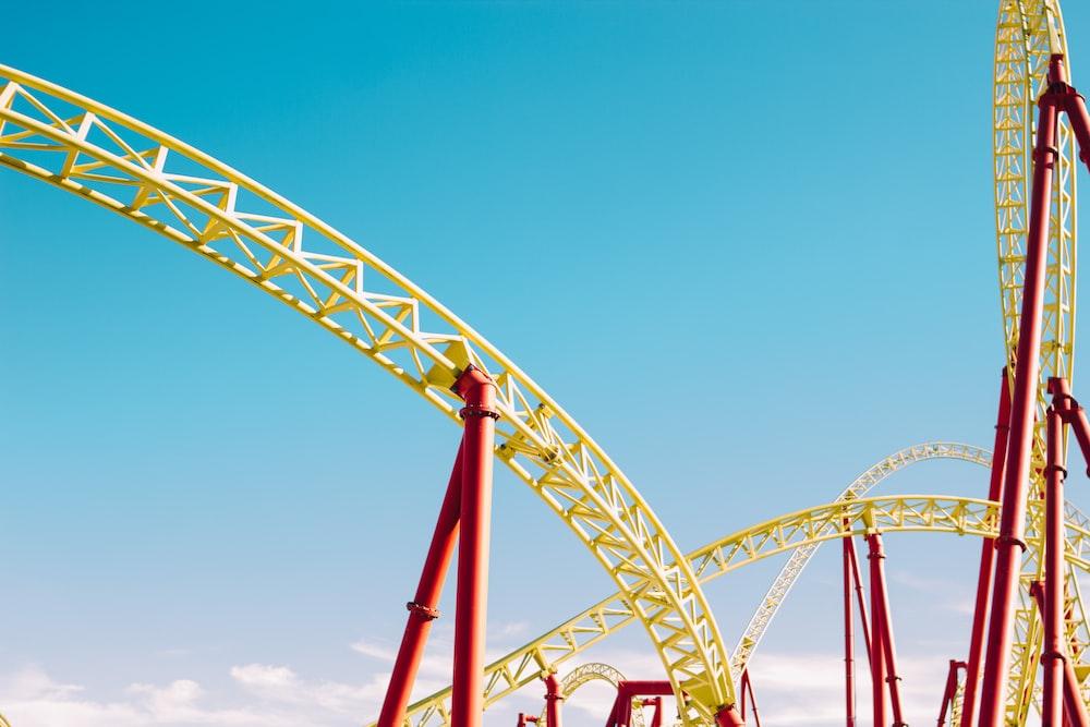 желтые и красные американские горки под голубым небом в дневное время