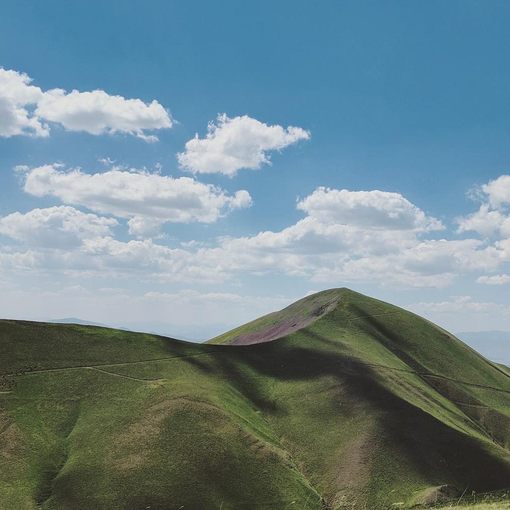 closeup photo of green mountain