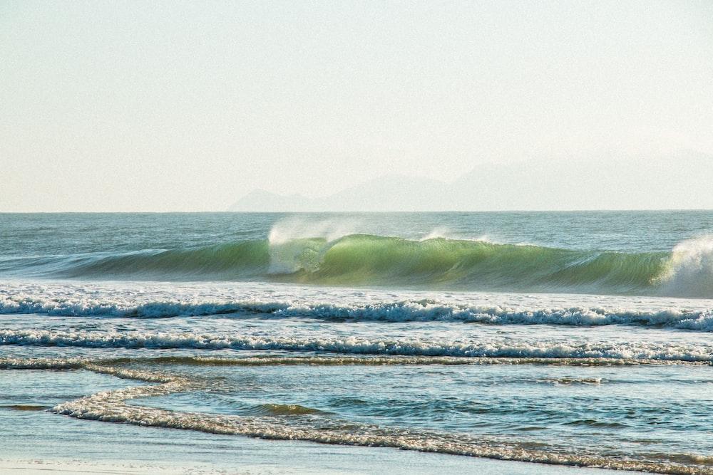 ocean waves crashing to shore