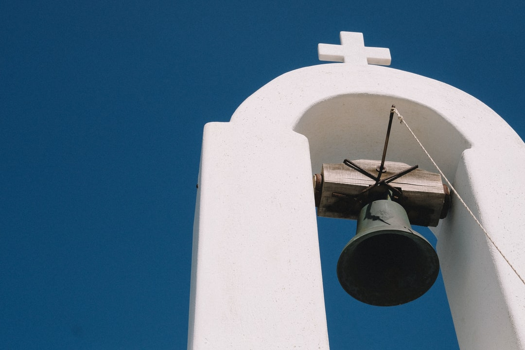 I found this little church in Paros, still the white stone and the incredibly blue sky. We can easily imagine the sound of this old bell and people pray that fishing is good.