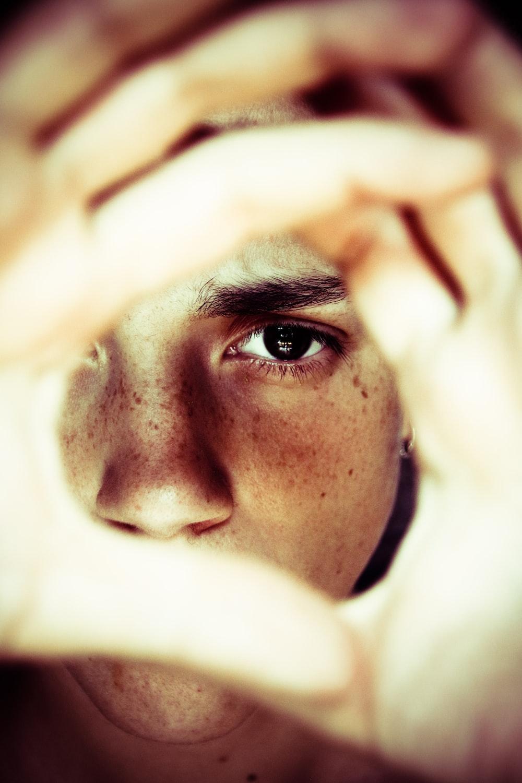 que hacer encerrado: joven analizando su situación e ideando una manera de actuar para salir de esa situación