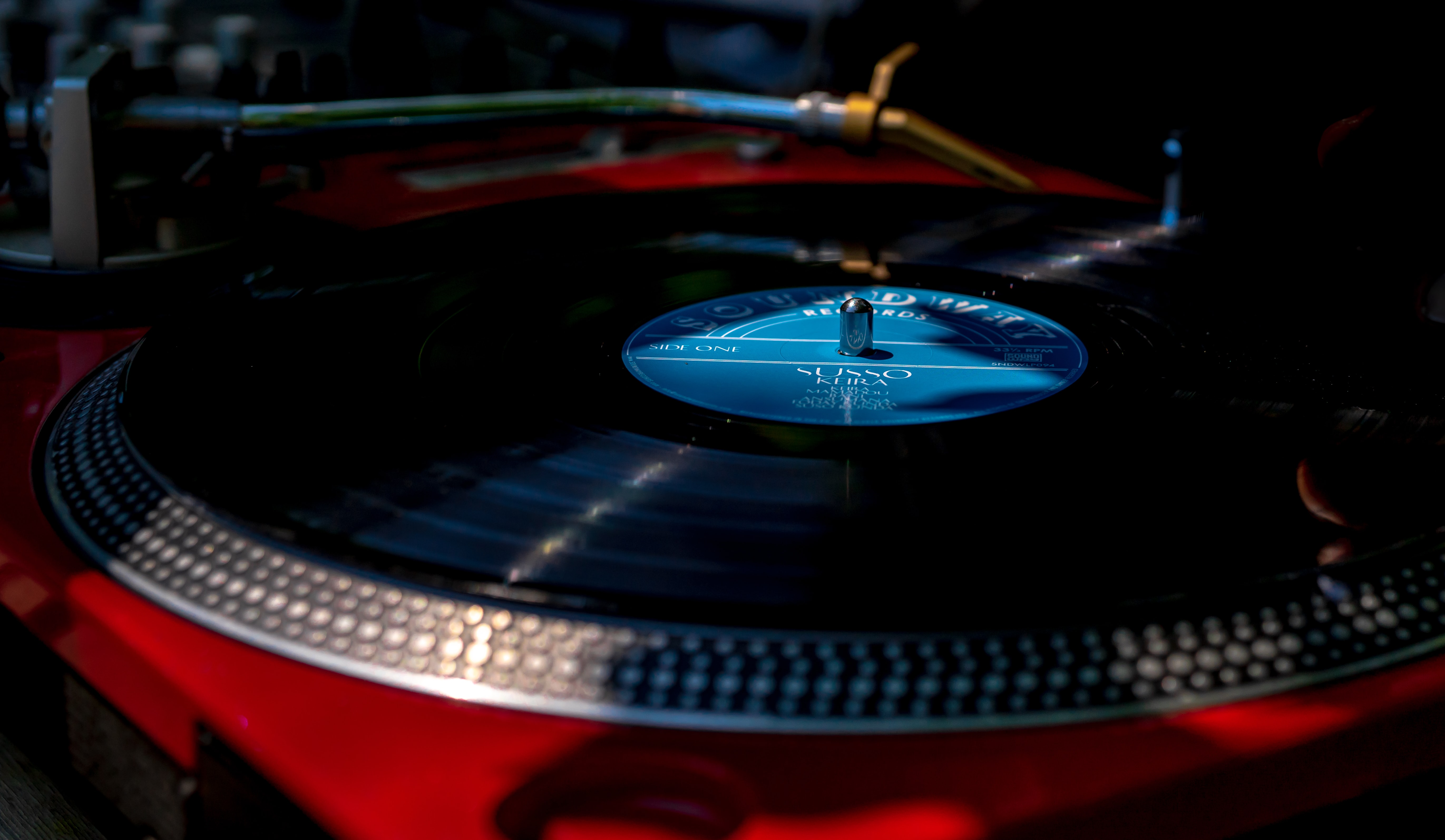 closeup photography of black and red turntable