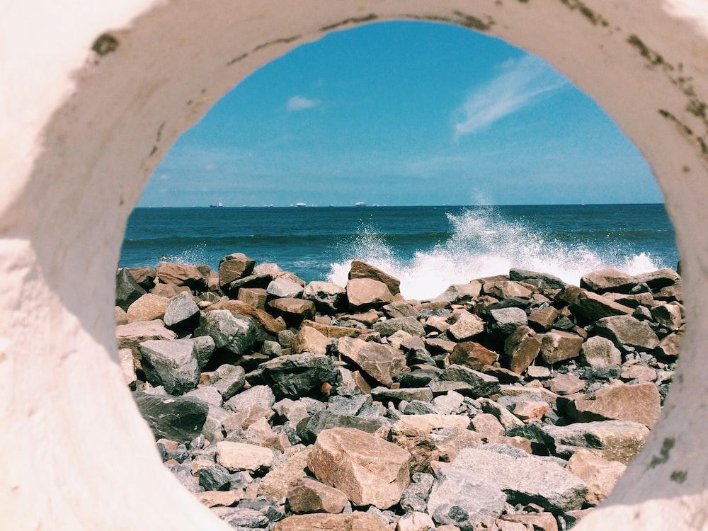 body of water splashed on rocks