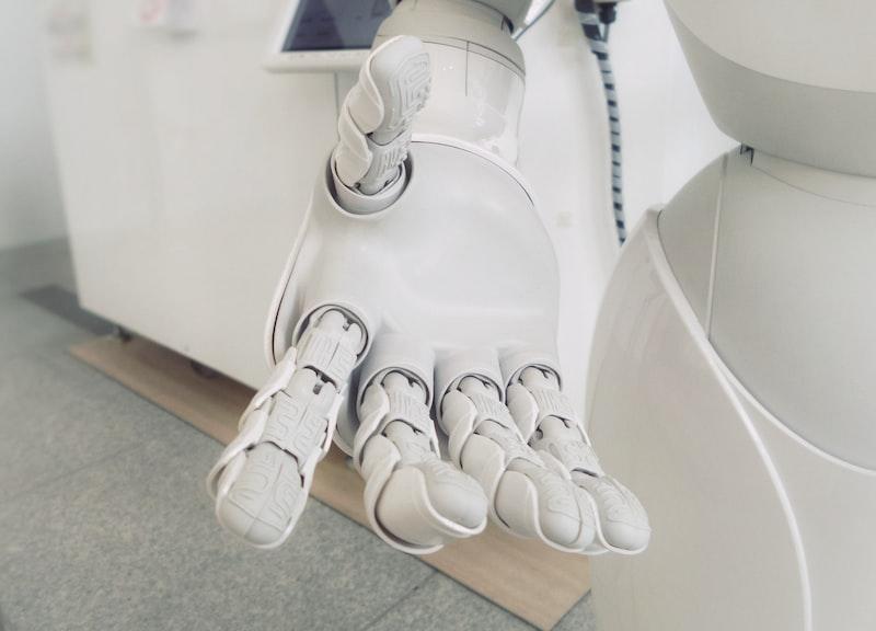 前有年輕人,後有機器人,我們該怎麼辦?