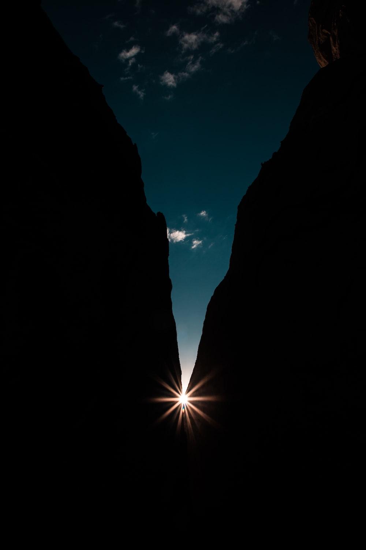 sun light between mountain