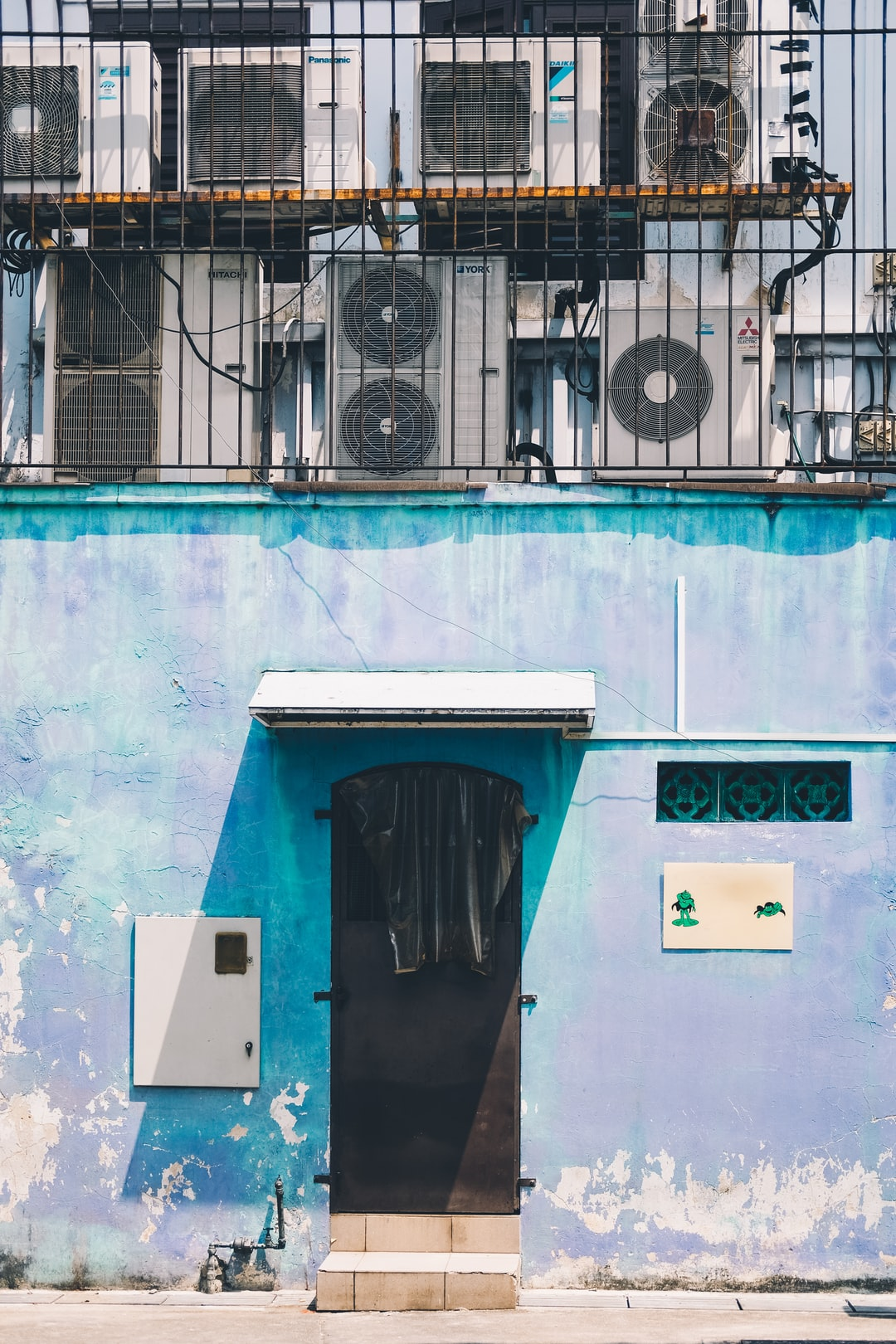 Another photo from the photowalk I did alone - I was supposed to head back home when I chanced upon this alleyway with really pretty blue walls and textures. Decided to make a short detour to take a picture of it because I really love how the blue is like here.