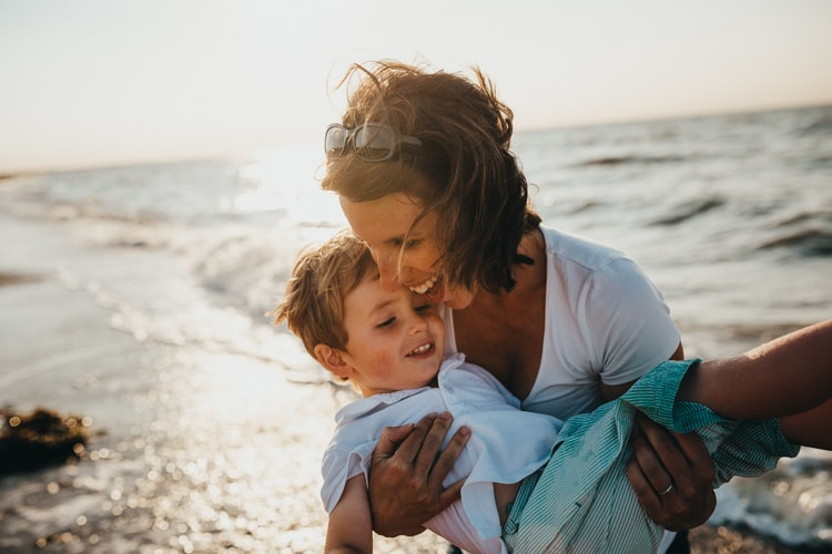 Une mère portant son enfant. | Photo ; Unsplash