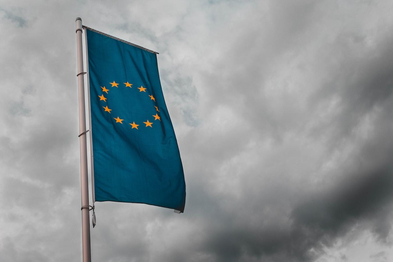 bandiera europea con nubi