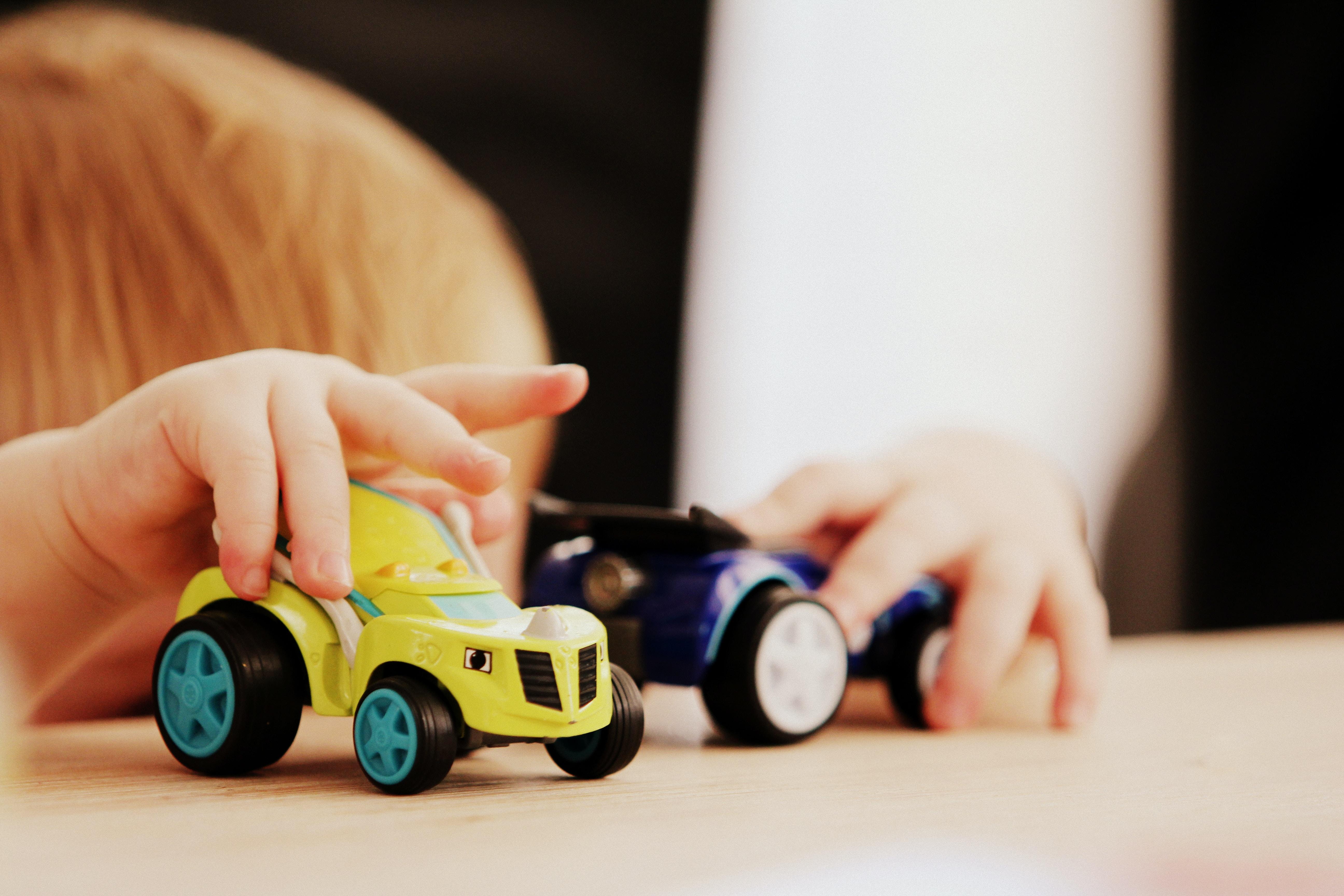 Barn leker med bil