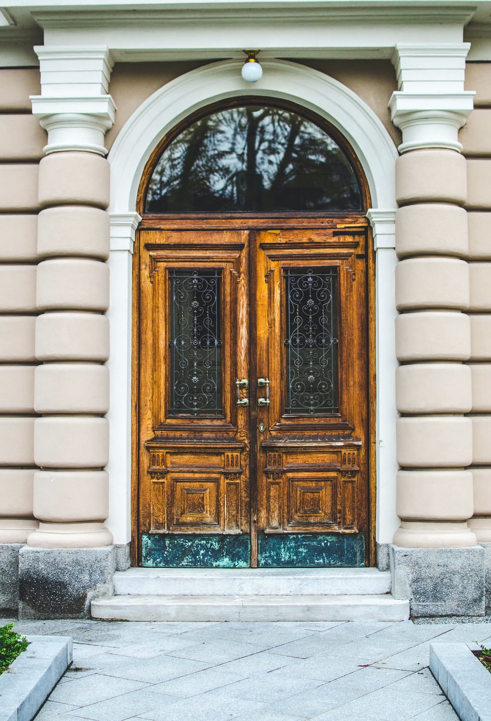 close brown 2-way door