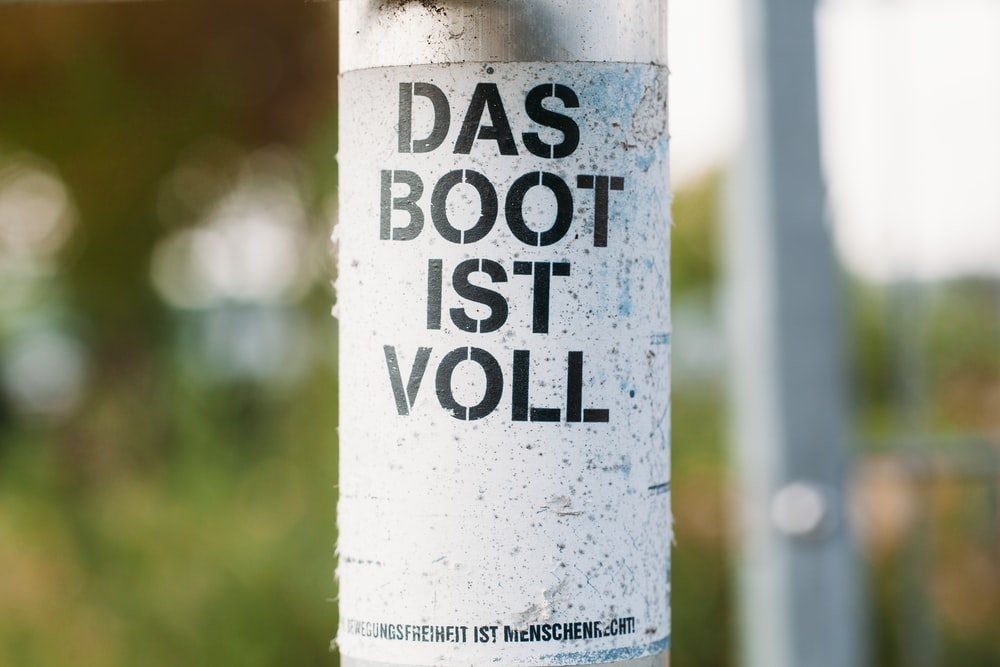 closeup photo of Das Boot IST Voll bottle