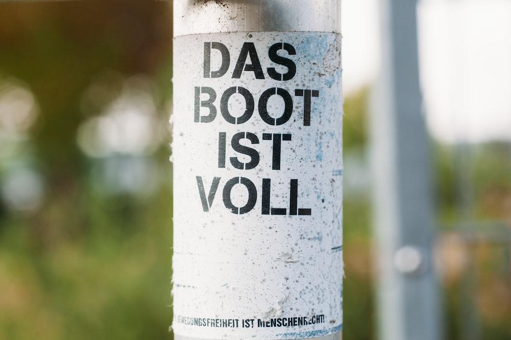 closeup photo of Das Boot IST Voll bottle