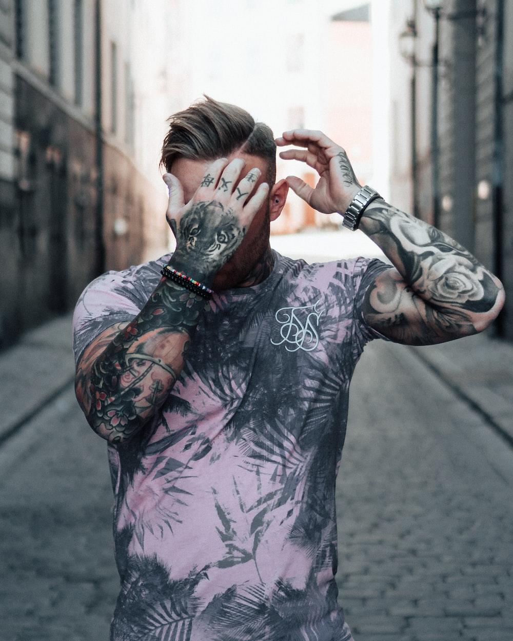 man wearing gray and black crew-neck t-shirt