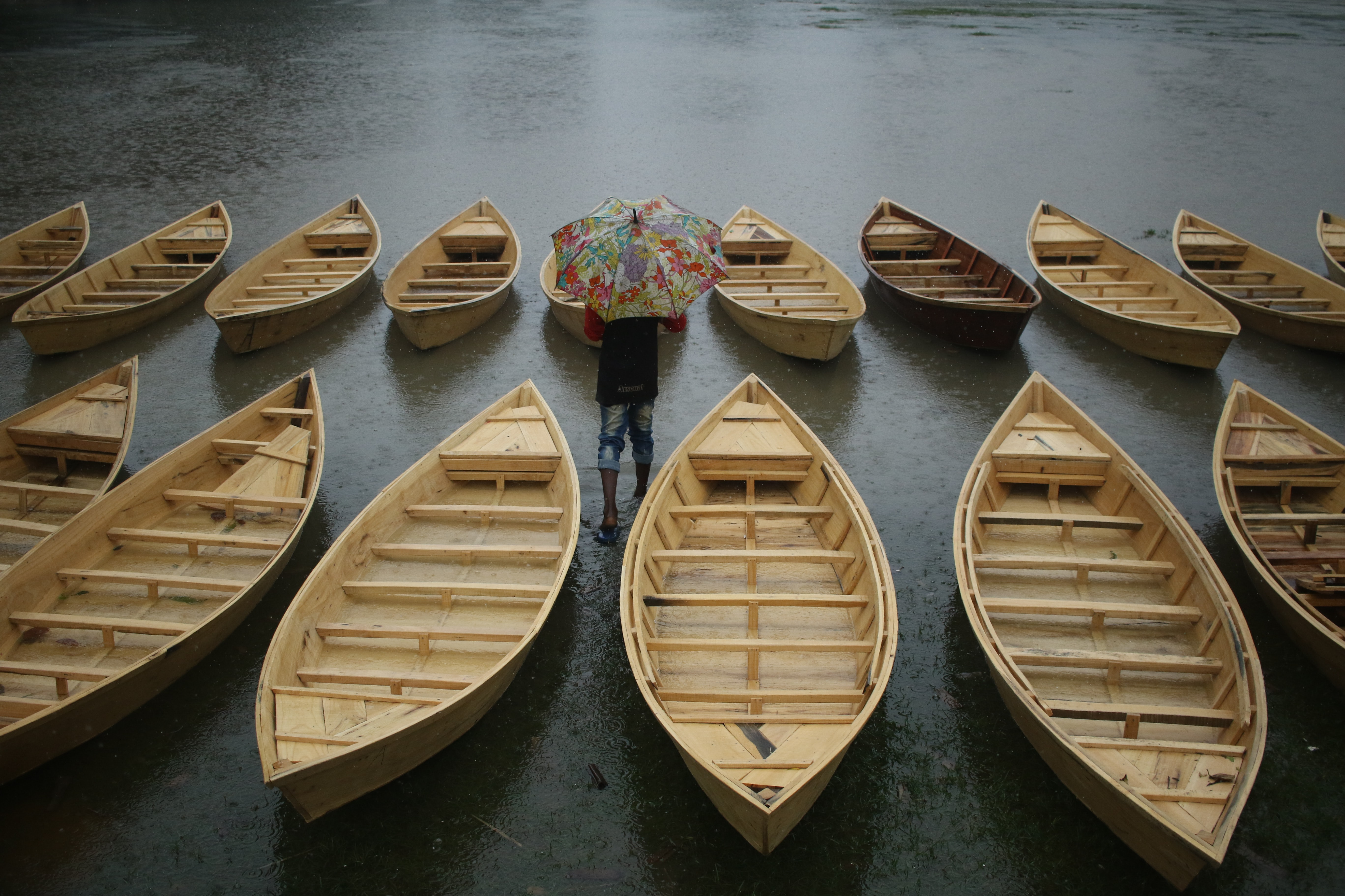 brown canoe boats on body of water