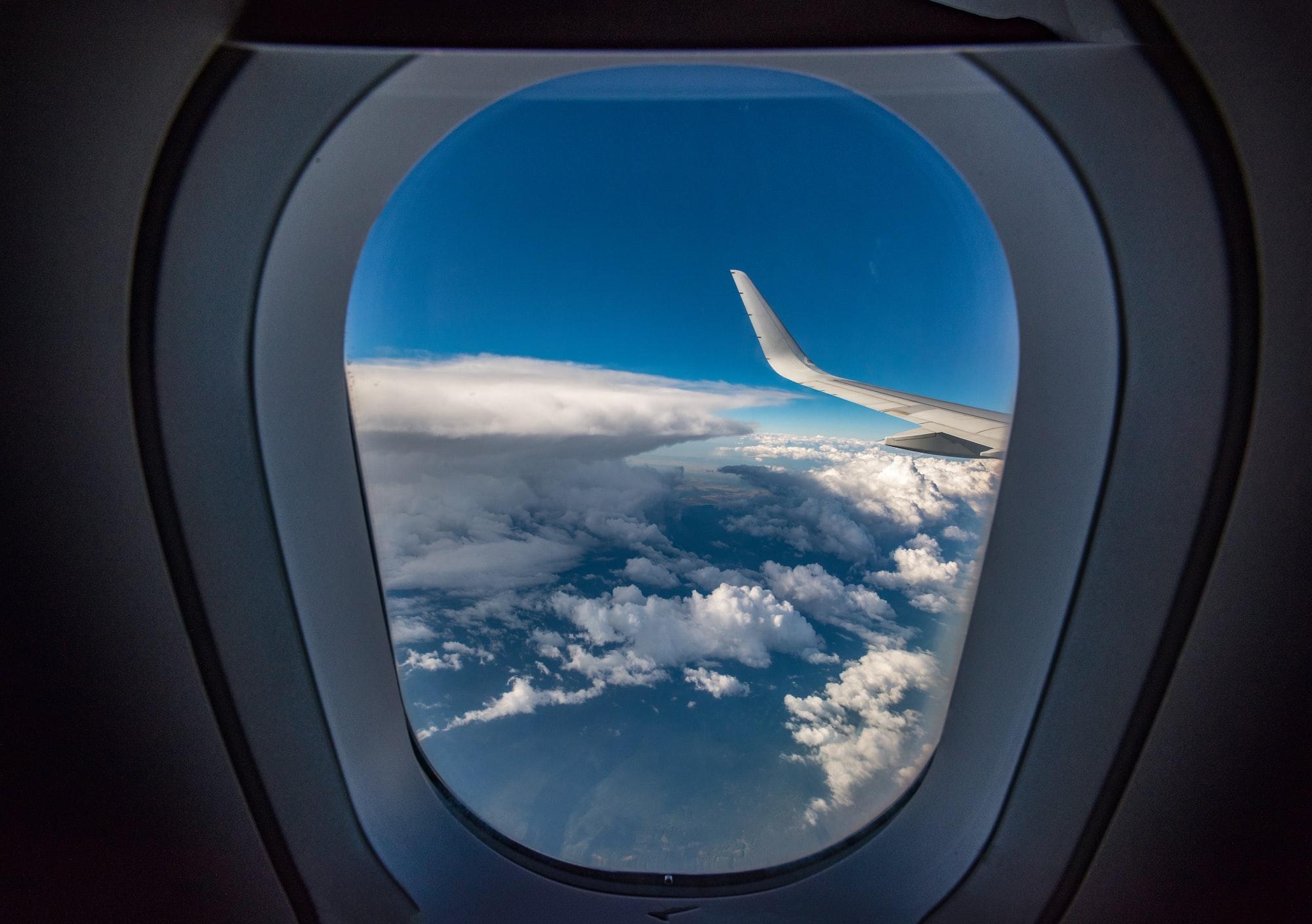 ¿Por qué se le Pide a los Pasajeros Abrir las Persianas del Avión Para el Despegue y Aterrizaje?