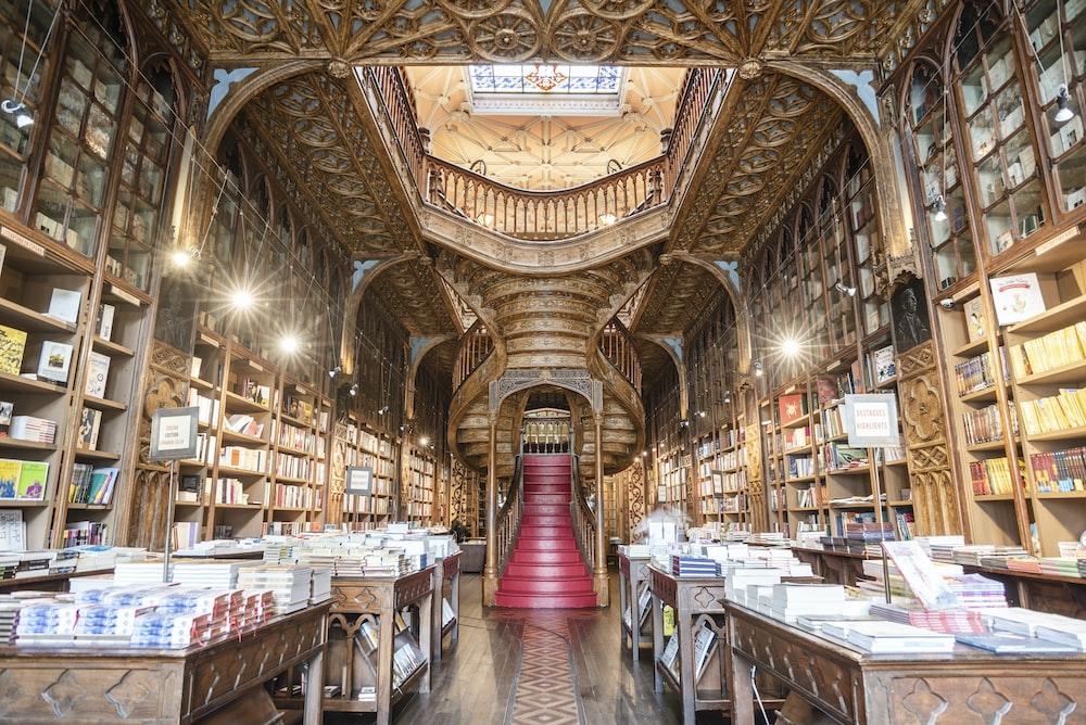 階段と棚のある図書館