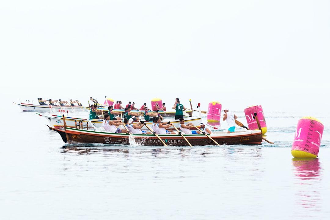 Tripulaciones de los Clubes de Remo de Torremolinos, El Palo, Mijas y La Araña en el momento de la salida de la regata celebrada en las Playas de El Palo (Málaga). No es fácil la alineación de las barcas de jábega para efectuar la salida cuando el mar está un poco movido dificultando notablemente la labor de los jueces-árbitros.
