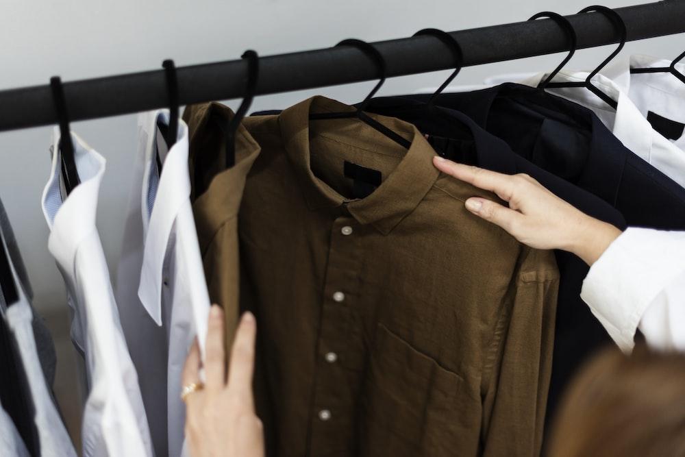 黒と白のボタンアップ長袖シャツ