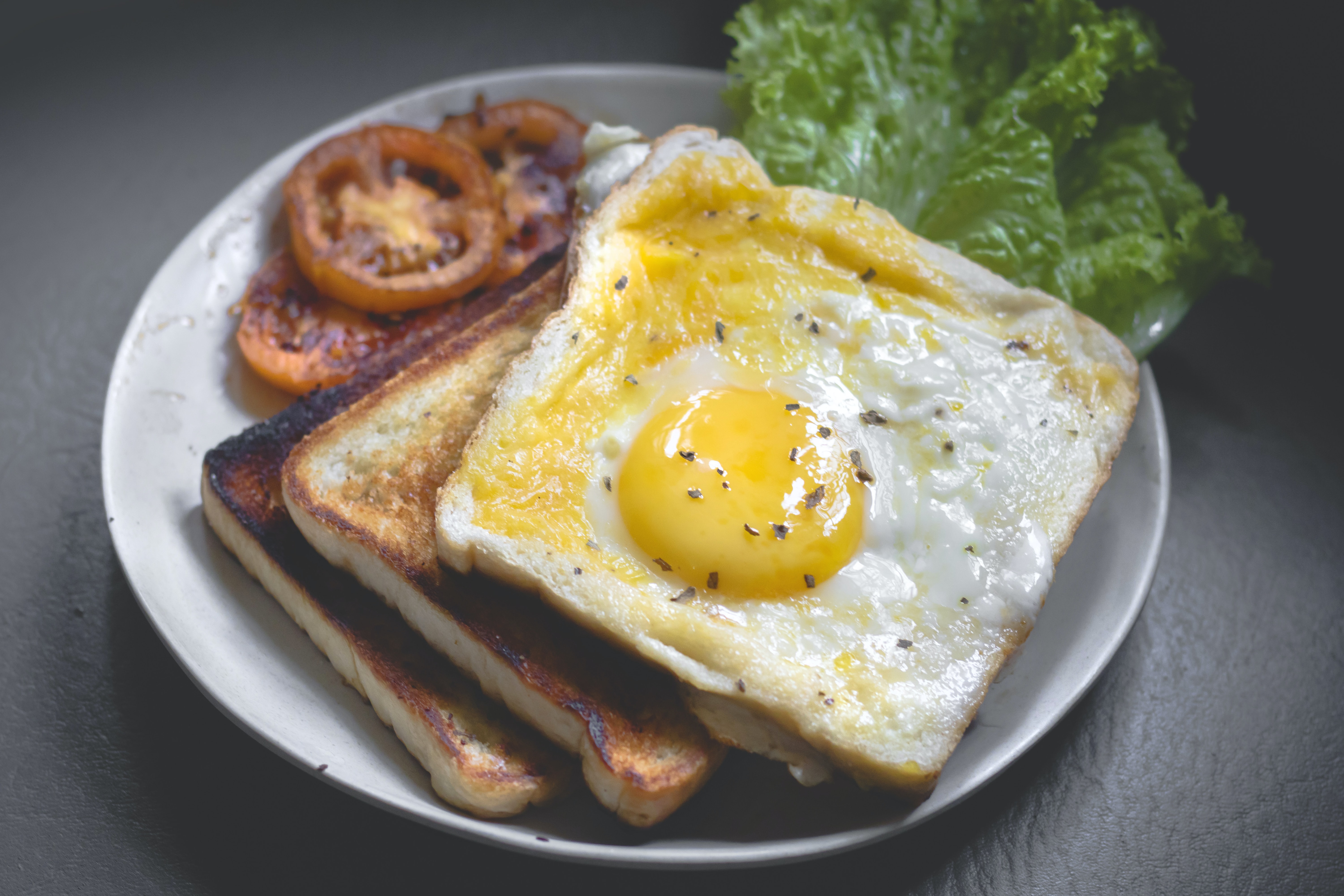 toasted bread with fried egg and tomato