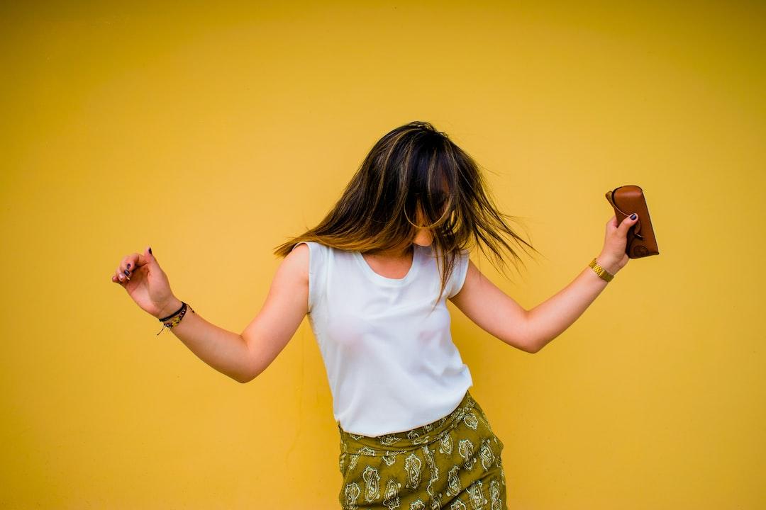 Bailando, riendo y jugando, se olvidan los problemas por un rato, se feliz un momento, escucha música, ríe, camina, intenta hacer algo que en verdad te divierta.