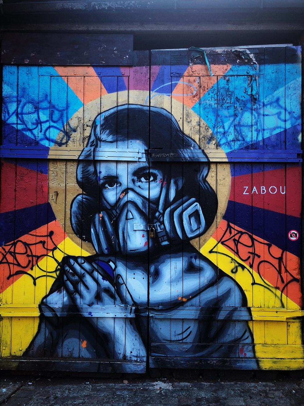 woman with gas mask grafiti