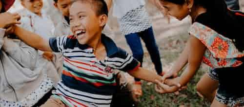 """""""לפתוח את שער הזכוכית"""": מודל טיפולי לעבודה פרטנית עם ילדים דחויים חברתית"""
