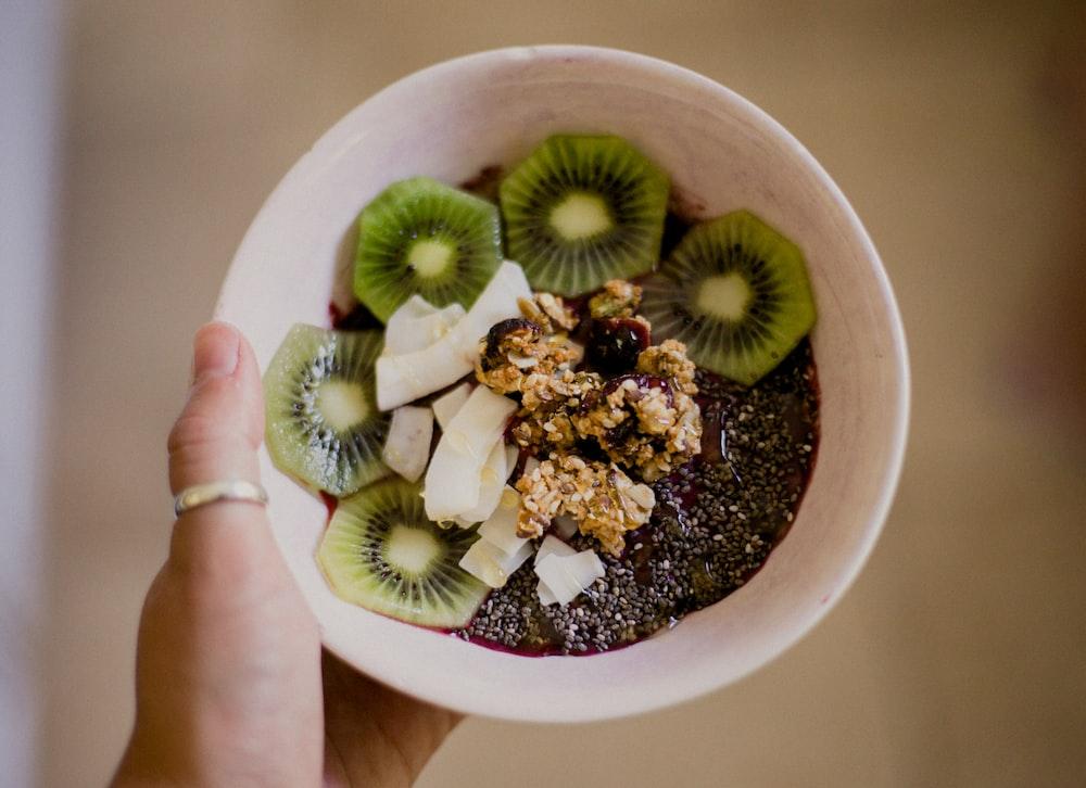 sliced kiwi in bowl