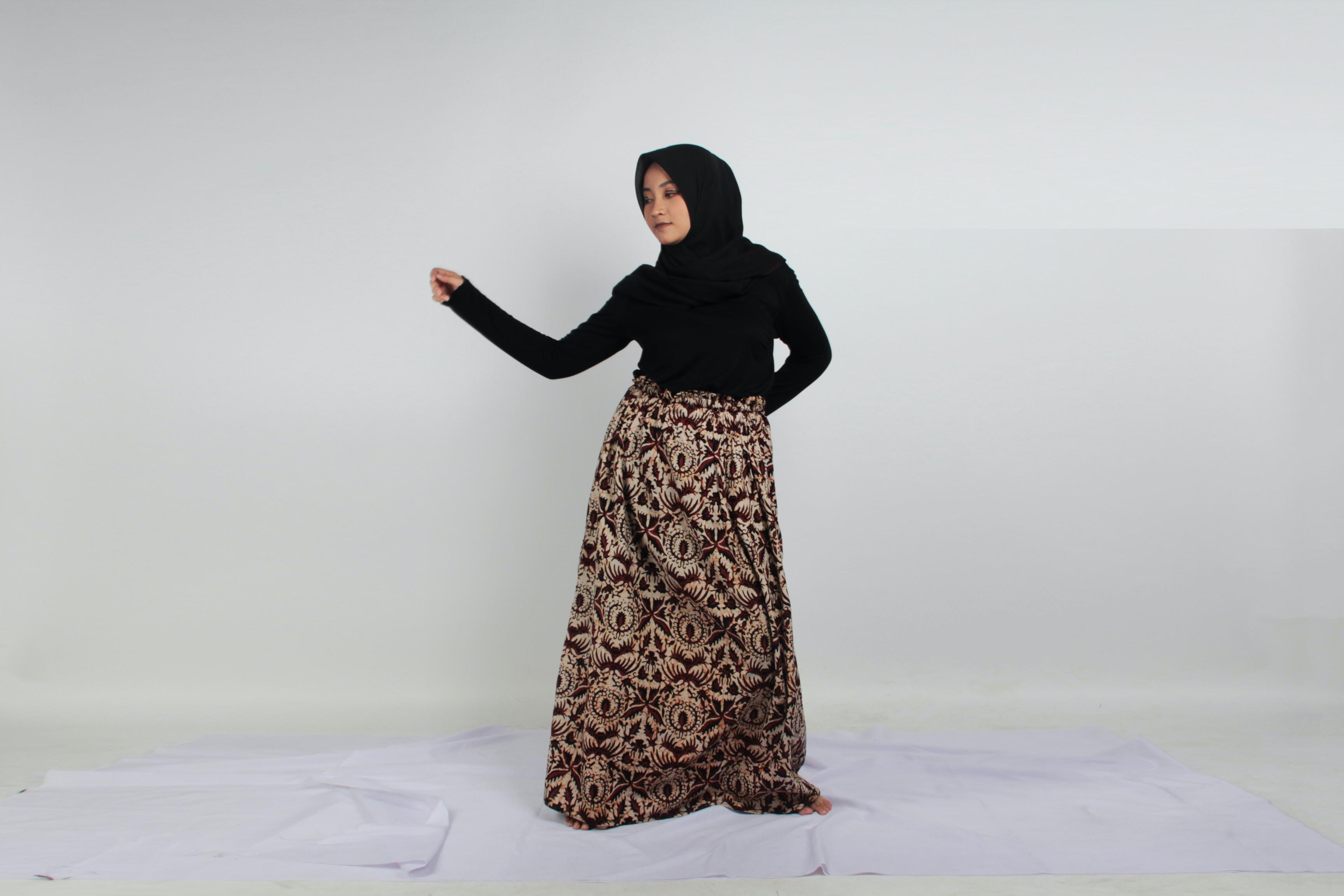 woman wearing brown and black abaya dress