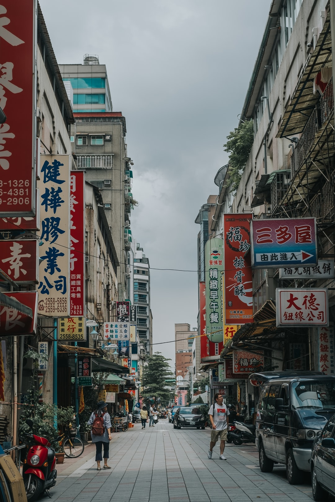 Sort of a short series. Had a recent trip to Taipei, and spent a lot of time walking around. I've come to find that Taipei is a very interesting city - both culturally and visually.