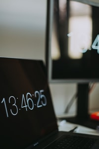 laptop displaying 13:46:25