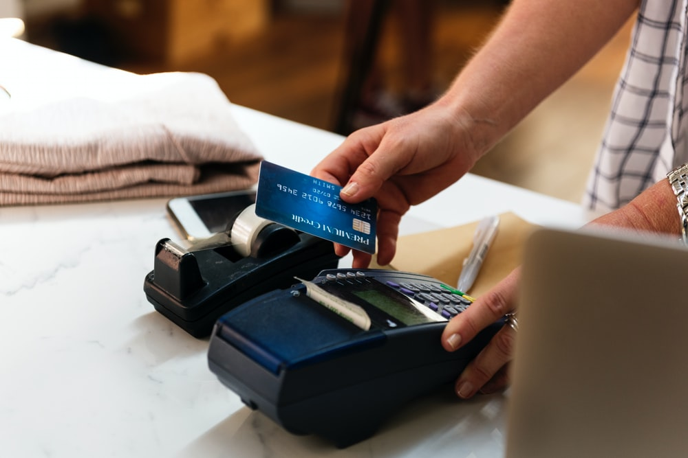 pessoa segurando o cartão azul
