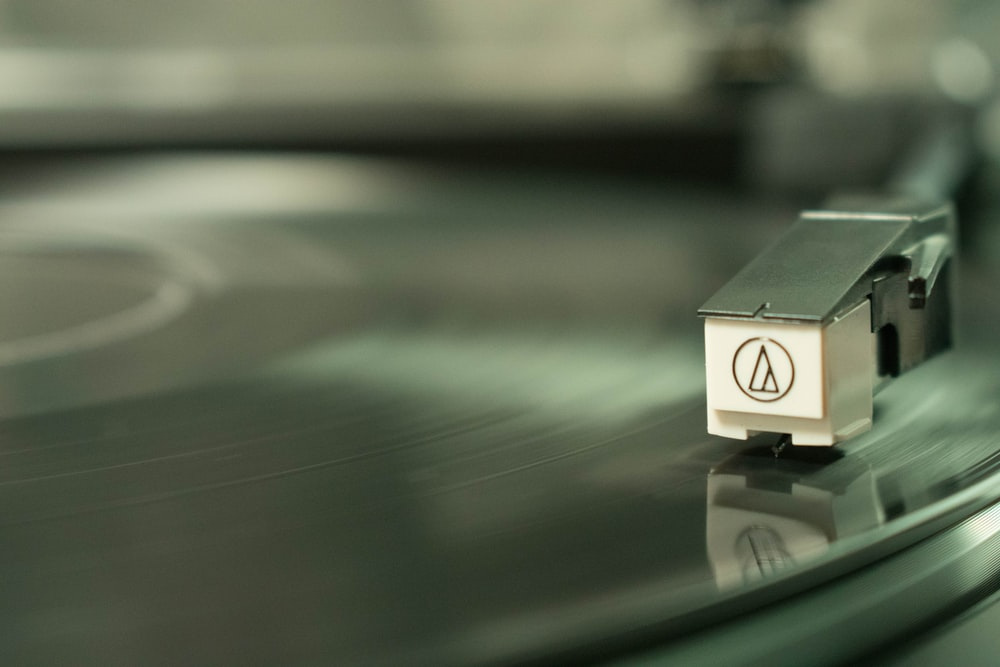 shallow focus photography of vinyl player