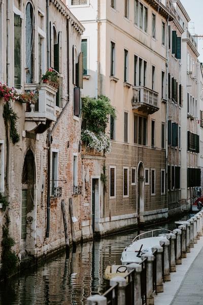 4476. Mediterrán városkép