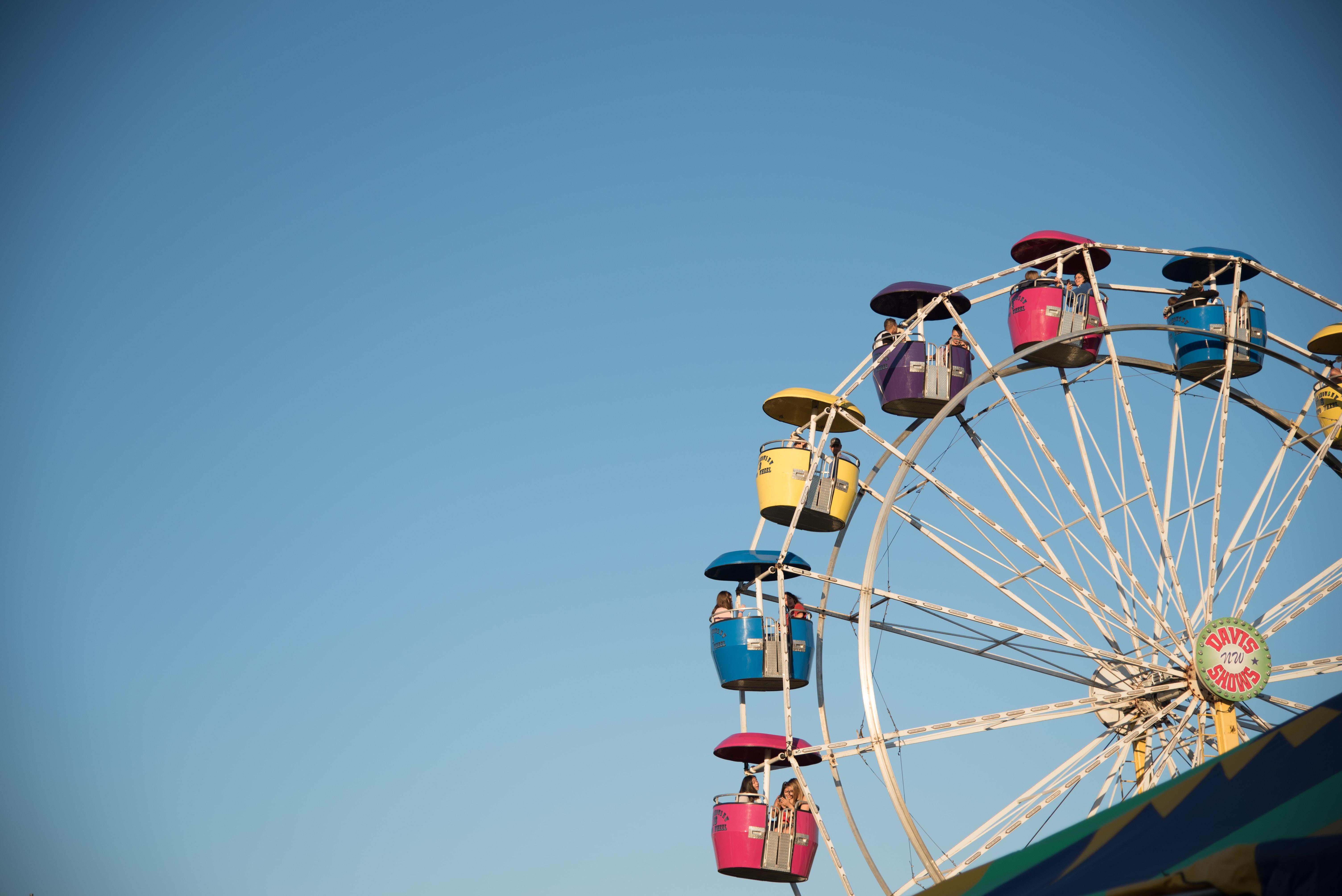yellow and multicolored Ferris wheel ride