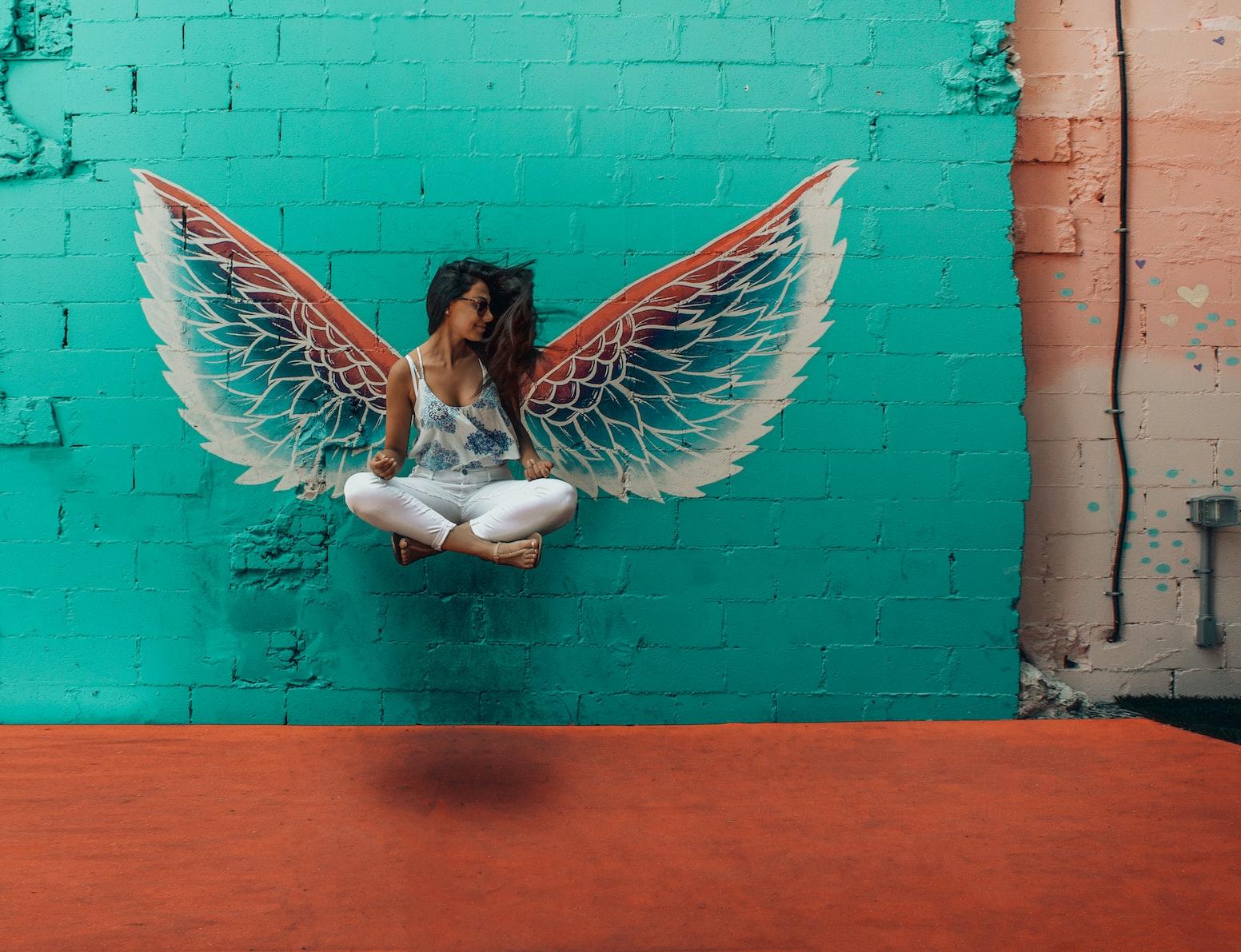 Девушка с нарисованными крыльями